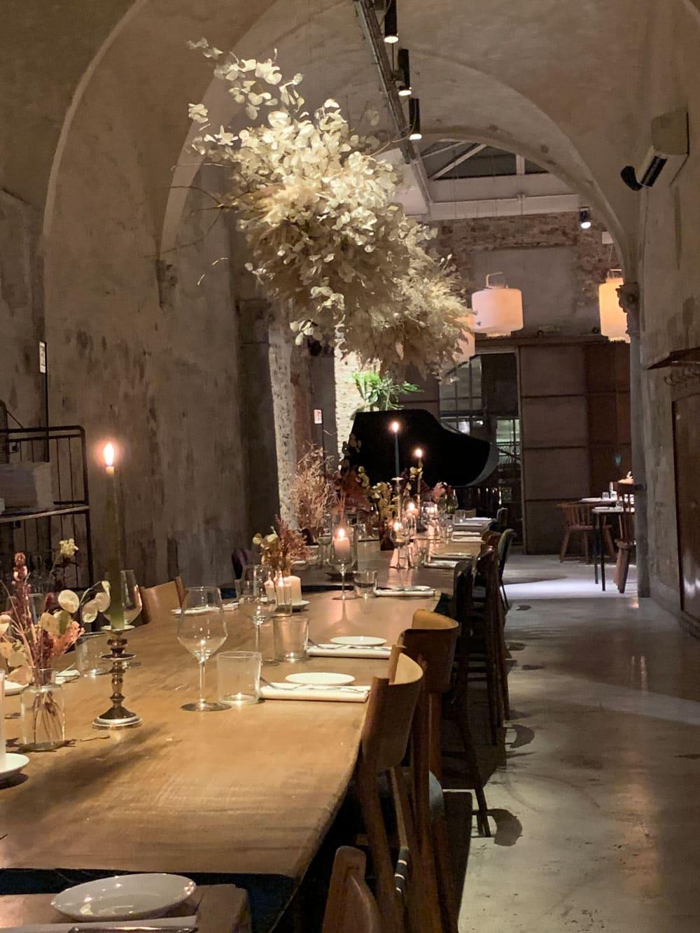 Gedeckter großer Tisch im Restaurant